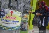 Pegawai Bank Sampah memasukkan sampah plastik sedekah dari warga di Gudang Bank Sampah Ciamis, Kabupaten Ciamis, Jawa Barat, Sabtu (20/6/2020). Bank Sampah yang didirikan Oleh Dinas Perumahan Rakyat Kawasan Permukiman dan Lingkungan Hidup (DPRKPLH) Kabupaten Ciamis pada tahun 2017 ini bertujuan mengubah perilaku masyarakat untuk turut menjaga lingkungan dan mengelola sampah hingga memiliki nilai ekonomis, yang hingga kini memiliki 61 nasabah perorangan dan 50 nasabah kelompok binaan dengan hasil 13 ton sampah per bulan atau Rp10 juta per bulan yang tabungannya diarahkan untuk pembayaran PBB, pendidikan dan umroh. ANTARA JABAR/Adeng Bustomi/agr