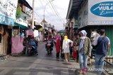 Aktivitas perdagangan di objek  wisata Makam Sunan Kudus mulai marak