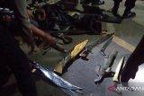 Babinsa di Minahasa Tenggara menangkap tujuh pria membawa senjata tajam