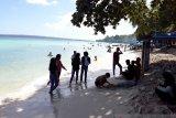 Warga Baubau padati objek wisata Pantai Nirwana sambut normal baru