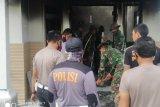 Pasca rusuh di Desa Padolo Bima: polisi bantu warga bersihkan bekas puluhan rumah terbakar