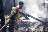 Seorang nenek berhasil diselamatkan saat api membakar rumahnya