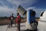 Staf pengajar menyiapakan teropong untuk mengamati gerhana matahari di Observatorium Jokotole IAIN Madura, Pamekasan, Jawa Timur, Minggu (21/6/2020). Gerhana matahari sebagian yang dimulai sekitar pukul 13.00 WIB ini akan melintas di 31 provinsi di Indonesia. Antara Jatim/Saiful Bahri/zk.