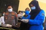Kapolda Kalbar Irjen Pol Remigius Sigid Tri Hardjanto (kiri) menyaksikan petugas BNN Kalbar menguji narkoba hasil tangkapan saat rilis kasus dan pemusnahan di Mapolda Kalbar di Pontianak, Kalimantan Barat, Sabtu (13/6/2020). Polda Kalbar memusnahkan barang bukti hasil ungkap kasus berupa dua kilogram sabu dan 50 butir ekstasi yang diselundupkan delapan tersangka dari Malaysia melalui jalur tikus atau jalan tidak resmi di kawasan perbatasan Entikong, Kabupaten Sanggau, Kalbar. ANTARA FOTO/Jessica Helena Wuysang/hp.