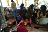Kukerta Mahasiswa UR di Rengat buat masker dari kain perca untuk masyarakat