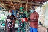 TNI bagikan masker dan pakaian layak warga kampung perbatasan RI-PNG