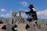 Pembersihan abu vulkanik di Candi Borobudur