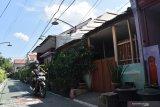Warga berada di dekat rumah terduga pelaku penyerangan Wakapolres Karanganyar Kompol Busroni, Karyono Widodo di Perumnas Manisrejo, Kota Madiun, Jawa Timur, Senin (22/6/2020). Karyono Widodo tewas ditembak polisi setelah menyerang Wakapolres Karanganyar Kompol Busroni menggunakan senjata tajam saat melakukan kegiatan susur Gunung Lawu di Karanganyar Jawa Tengah, Minggu (21/6). Antara Jatim/Siswowidodo/zk.