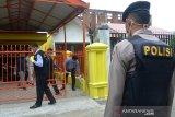 Tim Identifikasi melakukan olah Tempat Kejadian Perkara (TKP) pascaledakan diduga bom molotov di rumah Kepala Dinas Perhubungan Pemkot Banda Aceh, Desa Lampulo, Kecamatan Kuta Alam, Banda Aceh, Selasa (23/6/2020). Aksi teror bom yang merusak pintu pagar besi rumah pejabat pemerintah Kota Banda Aceh pada Selasa (23/6/2020) sekitar pukul 03.00 Wib itu, terekam CCTV seorang pelaku mengenakan helem dan aparat mengamankan barang bukti benda menyerupai botol dan serpihan besi. Antara Aceh/Ampelsa.