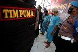 Personel kepolisian menunjukkan tersangka penipuan rekrutmen Pegawai Negeri Sipil (PNS) di Polres Pemalang, Jawa Tengah, Senin (22/6/2020). Satreskrim Polres Pemalang berhasil mengamankan dua orang PNS Dishub Pemalang, Amet Mauzun dan Isdiyo karena melakukan penipuan terhadap 54 warga yang dijanjikan bisa menjadi PNS dengan total kerugian mencapai Rp4.3 miliar. ANTARA FOTO/Oky Lukmansyah/wsj.