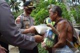 Polres Palu bagi sembako ke warga gunung Uwentumbu