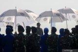 Kepala Staf TNI Angkatan Laut (KSAL) Laksamana TNI Yudo Margono (tengah) saat upacara penyematan Brevet Kehormatan Penerbang TNI AL di Lanudal Juanda Surabaya, Sidoarjo, Jawa Timur, Rabu (24/6/2020). Kepala Staf TNI Angkatan Laut (KSAL) Laksamana TNI Yudo Margono menerima penyematan Brevet Kehormatan Penerbang TNI AL sebagai bentuk penghormatan dari Puspenerbal. Antara Jatim/Umarul Faruq/zk