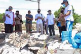 Masyarakat nelayan di NTB menerima bantuan alat budi daya lobster