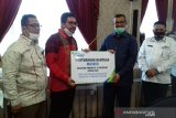 Lindungi pekerja badan usaha, BPJAMSOSTEK Cabang Solok serahkan bantuan 6.000 masker