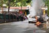 Mobil terbakar di Koto Baru Solok jadi tontonan warga