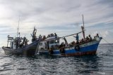 Nelayan Aceh evakuasi kapal motor warga Rohingya terkatung-katung di laut