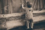 Mungkinkah anak bisa belajar berdiri tanpa bisa duduk dahulu?