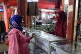 Usaha penjualan seragam sekolah di Solok masih sepi, orang tua tunggu kepastian mulai sekolah