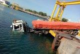 Tali pengikat kapal penyeberangan Labuhan Lombok-Poto Tano putus, kepala truk tronton