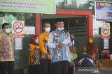 Gubernur Kalsel Sahbirin Noor melepas kepulangan pasien positif COVID-19 yang dinyatakan sembuh di RSUD Anshari Shaleh Banjarmasin, Kalimantan Selatan, Kamis (25/6/2020). Pemerintah Provinsi Kalimantan Selatan melepas kepulangan 45 pasien positif COVID-19 yang telah dinyatakan sembuh setelah menjalani perawatan. Foto Antaranews Kalsel/Bayu Pratama S.