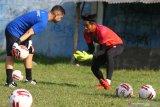 Penjaga gawang tim Arema FC, Kartika Aji (kanan) mengikuti latihan di lapangan Satsui Tubun, Malang, Jawa Timur, Kamis (25/6/2020). Latihan yang dilakukan di masa transisi normal baru tersebut hanya diikuti para pesepak bola yang berposisi sebagai penjaga gawang sementara pemain lainnya mengikuti latihan secara daring dari rumah. Antara Jatim/Ari Bowo Sucipto/zk.