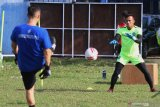 Penjaga gawang tim Arema FC, Andreas Fransisco (kanan) mengikuti latihan di lapangan Satsui Tubun, Malang, Jawa Timur, Kamis (25/6/2020). Latihan yang dilakukan di masa transisi normal baru tersebut hanya diikuti para pesepak bola yang berposisi sebagai penjaga gawang sementara pemain lainnya mengikuti latihan secara daring dari rumah. Antara Jatim/Ari Bowo Sucipto/zk.
