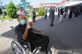 Tingkat Kesembuhan Pasien COVID-19 Di Kalsel Meningkat. Seorang pasien positif yang telah sembuh dari COVID-19 berpose saat pelepasan kepulangan di RSUD Anshari Shaleh Banjarmasin, Kalimantan Selatan, Kamis (25/6/2020). Pemerintah Provinsi Kalimantan Selatan melepas kepulangan 45 pasien positif COVID-19 yang telah dinyatakan sembuh setelah menjalani perawatan. Berdasarkan data Gugus Tugas Percepatan Penanganan COVID-19 sampai tanggal 24 Juni 2020 tingkat kesembuhan di kalsel mencapai 16,5 persen atau 457 orang dari kasus terkonfirmasi positif sebanyak 2.775 orang. Foto Antaranews Kalsel/Bayu Pratama S.