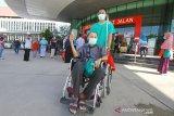 Tingkat Kesembuhan Pasien COVID-19 Di Kalsel Meningkat. Seorang pasien positif yang telah sembuh dari COVID-19 keluar dari RSUD Anshari Shaleh Banjarmasin, Kalimantan Selatan, Kamis (25/6/2020). Pemerintah Provinsi Kalimantan Selatan melepas kepulangan 45 pasien positif COVID-19 yang telah dinyatakan sembuh setelah menjalani perawatan. Berdasarkan data Gugus Tugas Percepatan Penanganan COVID-19 sampai tanggal 24 Juni 2020 tingkat kesembuhan di kalsel mencapai 16,5 persen atau 457 orang dari kasus terkonfirmasi positif sebanyak 2.775 orang. Foto Antaranews Kalsel/Bayu Pratama S.