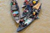 Penyelam Mencari Emas di Sungai Batanghari Jambi