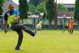 Sosok - Brigjen TNI M Zulkifli mengolah bola di kampung halaman Jambi
