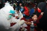 Petugas medis dari Dokkes Polres Metro Bandara Soetta dan Artha Graha Peduli mengambil sampel darah calon penumpang pesawat saat tes diagnostik cepat (rapid test) COVID-19 di Terminal 2 Bandara Soekarno Hatta, Tangerang, Banten, Kamis (25/6/2020). Pelaksanaan rapid test gratis yang diadakan Polres Bandara Soetta dan Artha Graha Peduli untuk penumpang pesawat ini diselenggarakan dalam rangka Hari Bhayangkara Ke- 74 dengan target 750 penumpang. ANTARA FOTO/Muhammad Iqbal/nz