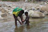 Prajurit TNI ajarkan mandi bersih kepada anak di Kabupaten Deiyai Papua