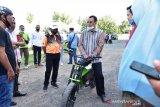 Gubernur uji coba sepeda listrik karya anak NTB