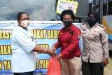 Polda Papua berikan bantuan makanan kepada warga Saireri di Kota Jayapura