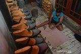 Pekerja industri rumahan menyelesaikan pembuatan sepatu di Surodinawan, Kecamatan Prajuritkulon, Kota Mojokerto, Jawa Timur, Jumat (26/6/2020). Sejumlah usaha mikro kecil dan menengah (UMKM) alas kaki di Mojokerto yang sempat berhenti berproduksi akibat adanya pandemi COVID-19, kini mulai bangkit untuk produksi meski pesanan tidak sebanyak sebelumnya. Antara Jatim/Syaiful Arif/zk.