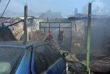 Petugas BPBD Kota Denpasar berupaya memadamkan api saat terjadi kebakaran di Kompleks Rumah Dinas TNI AD Kodam IX/Udayana, Denpasar, Bali, Jumat (26/6/2020). Kebakaran yang diperkirakan terjadi sekitar pukul 12.30 WITA tersebut tidak menimbulkan korban jiwa namun lima rumah dinas TNI hangus dan masih dalam penanganan petugas untuk penyelidikan penyebab kebakaran. ANTARA FOTO/Nyoman Hendra Wibowo/nym/wsj.