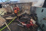 Petugas BPBD Kota Denpasar berupaya memadamkan api saat terjadi kebakaran di Kompleks Rumah Dinas TNI AD Kodam IX/Udayana, Denpasar, Bali, Jumat (26/6/2020). Kebakaran yang diperkirakan terjadi sekitar pukul 12.30 WITA tersebut tidak menimbulkan korban jiwa namun lima rumah dinas TNI hangus dan masih dalam penanganan petugas untuk penyelidikan penyebab kebakaran. ANTARA FOTO/Nyoman Hendra Wibowo/nym.