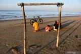 Warga menikmati panorama Pantai Wisata Jumiang, Pamekasan, Jawa Timur, Sabtu (27/6/2020). Sektor pariwisata di Kabupaten Pamekasan itu mulai kembali bangkit setelah sempat ditutup akibat pandemi COVID-19. Antara Jatim/Saiful Bahri/zk
