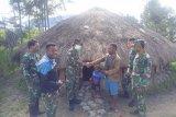 TNI bagi sembako warga Mayuberi  pengunungan terdampak COVID-19   di Puncak Jaya