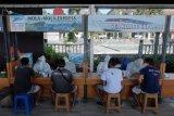 Pekerja jasa penyeberangan mengikuti rapid test atau tes cepat COVID-19 di kawasan Pelabuhan Sanur, Denpasar, Bali, Sabtu (27/6/2020). Tes cepat COVID-19 tersebut diikuti 208 orang sebagai tahapan awal menuju adaptasi normal baru di kawasan pariwisata dan jalur penyeberangan wisatawan ke pulau Nusa Penida. ANTARA FOTO/Nyoman Hendra Wibowo/nym.