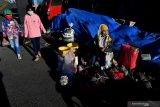 Pedagang menjajakan jualannya di kawasan Taman Nasional Bromo Tengger Semeru di Probolinggo, Jawa Timur, Sabtu (27/6/2020). Pembukaan kawasan wisata Gunung Bromo di era normal baru ini menunggu rekomendasi Gugus Tugas COVID-19 terkait penerapan protokol kesehatan untuk kawasan wisata. Antara Jatim/Zabur Karuru