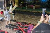 Pengunjung melihat atraksi satwa di Kebun Binatang Bandung (Bandung Zoological Garden), Bandung, Jawa Barat, Sabtu (27/6/2020). Setelah lebih dari dua bulan ditutup akibat pandemi COVID-19, Kebun Binatang Bandung kembali dibuka untuk umum dengan menerapkan protokol kesehatan pada masa pemberlakuan normal baru atau adaptasi kebiasaan baru. ANTARA JABAR/M Agung Rajasa/agr