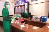 Laksanakan tahapan Pilkada, personel KPU dan Bawaslu Pasaman Barat jalani tes cepat COVID-19
