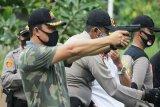 Bupati Lamandau kalahkan perwira kepolisian di kejuaraan menembak
