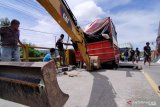Mobil ekspedisi terperosok di jalur Trans Sulawesi di Parigi Moutong