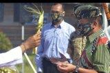 Panglima Komando Daerah Militer (Pangdam) IX/Udayana Mayor Jenderal TNI Kurnia Dewantara (kanan) mengikuti tradisi Tepung Tawar setibanya di Bandara I Gusti Ngurah Rai, Badung, Bali, Minggu (28/6/2020). Mayjen TNI Kurnia Dewantara yang sebelumnya menjabat sebagai Komandan Sekolah Staf dan Komando Angkatan Darat menggantikan Mayjen TNI Benny Susianto sebagai Pangdam IX/Udayana. ANTARA FOTO/Fikri Yusuf/nym