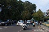 Petugas dari Kepolisian dan Dinas Perhubungan saat mengurai kepadatan lalu lintas di pusat Kota Bogor pada akhir pekan, di Jl. Otto Iskandar Dinata (Otista) dari arah Tugu Kujang dan Jl. Pajajaran Kota Bogor, Provinsi jawa Barat, Sabtu petang (270620). Pemandangan seperti  ini biasa terjadi di Kota Bogor terutama pada setiap akhir pekan dan hari-hari libur, karena banyaknya warga setempat maupun yang datang dari berbagai daerah yang berkunjung ke sejumlah objek wisata baik di kawasan Kota Bogor maupun di kawawan Puncak Kabupaten Bogor. (Foto ANTARA: Megapolitan.Antaranews.Com/M.Tohamaksun).