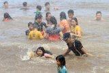 Sejumlah warga Tionghoa menjalankan tradisi mandi Peh Cun di Sungai Kapuas, Pontianak, Kalimantan Barat, Kamis (25/6/2020). Tradisi mandi Peh Cun bersama tersebut rutin dilakukan setiap tanggal 5 bulan 5 tahun Imlek di Sungai Kapuas. ANTARA FOTO/Jessica Helena Wuysang/aww.