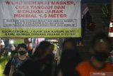 Pengunjung memakai masker saat berada di Pasar Kapasan, Surabaya, Jawa Timur, Senin (29/6/2020). Pemerintah Provinsi Jawa Timur terus berupaya untuk menekan penyebaran COVID-19 diantaranya dengan menerapkan protokol kesehatan, membagikan masker secara gratis dan menggelorakan gerakan