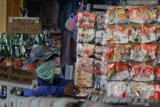 Pembeli berbelanja masker di salah toko di Pasar Kapasan, Surabaya, Jawa Timur, Senin (29/6/2020). Pemerintah Provinsi Jawa Timur terus berupaya untuk menekan penyebaran COVID-19 diantaranya dengan menerapkan protokol kesehatan, membagikan masker secara gratis dan menggelorakan gerakan